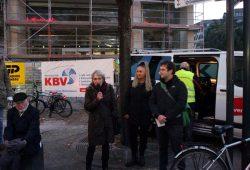 Irena Rudolph-Kokot (m.) und Christopher Zenker (beide SPD) lauscht bei einer Demo gegen Legida der Rede von Flüchtlingsratsprecherin Sonja Brogiato. Foto: L-IZ.de