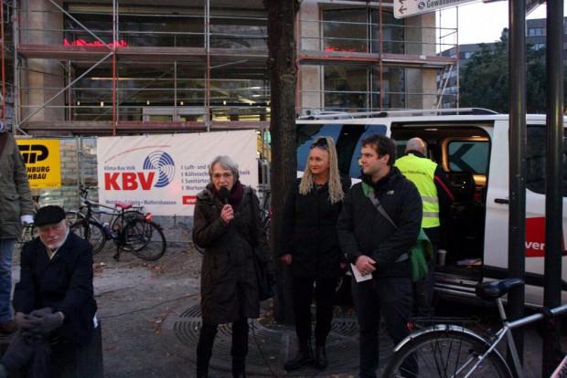 Sonja Brogiato (Vorsitzende des Flüchtlingsrates Leipzig) bei ihrer Ansprache. Irena Rudolph-Kokot und Christopher Zenker (beide SPD) sind an ihrer Seite. Foto: L-IZ.de