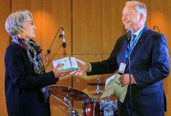 Symbolische Spendenübergabe von Prof. Joachim Thiery an Sonja Brogiato vom Leipziger Flüchtlingsrat.Foto: Swen Reichhold