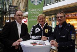 V.l.n.r. Ullrich Wunderlich, Annekatrin Thiele und Jens Damrau klären über Gegenmaßnahmen bei Einbrüchen auf. Foto: Alexander Böhm