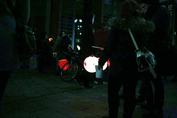 18:05 Uhr: Der Lichterumzug vor der Moritzbastei beginnt. Foto: L-IZ.de