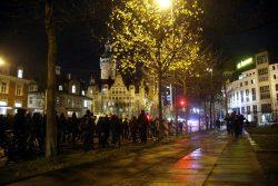 18:10 Uhr: Die Gegendemo erreicht das Neue Rathaus. Foto: L-IZ.de