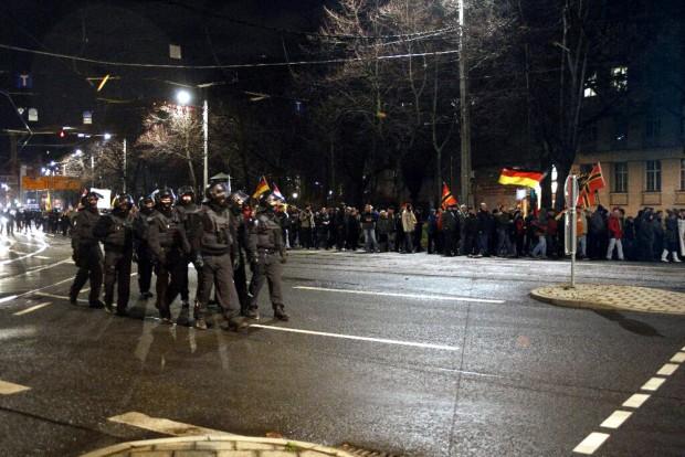 19:58 Uhr: Die Polizei heute spärlich und vermummt unterwegs. Foto: L-IZ.de
