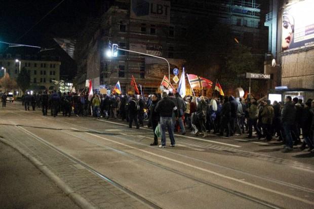 20:15 Uhr: Legida Teilnehmerin empört - So was gehört sich nicht - zu Filmenden an der Seite. Die Polizeikette ist wie ein Sieb. Foto: L-IZ.de