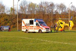 Rettungseinsatz auf dem Rugbyfeld: Dewald Potgieter wird mit dem Rettungswagen ins Krankenhaus gebracht. Foto: Jan Kaefer