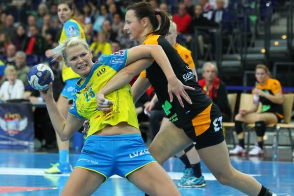 Shenia Minevskaja wird durch ein Foul gebremst. Foto: Jan Kaefer