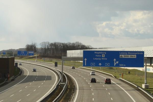 Groß, breit, schnell: Autobahn A14 bei Leipzig. Foto: Ralf Julke