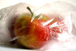Äpfel in Plastiktüte - oder vielleicht doch lieber im Stoffbeutel? Foto: Ralf Julke