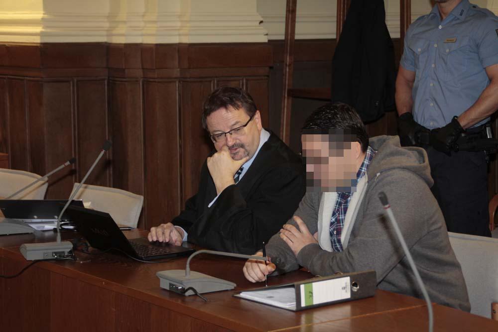 Avit O. und Verteidiger Endrik Wilhelm bei Prozessauftakt im Oktober 2015. Foto: Martin Schöler