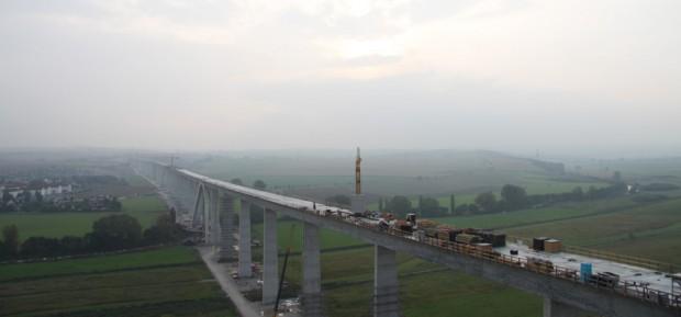 Die gewaltige Brückenkonstruktion im Unstruttal - hier während des Baus. Foto: Matthias Weidemann