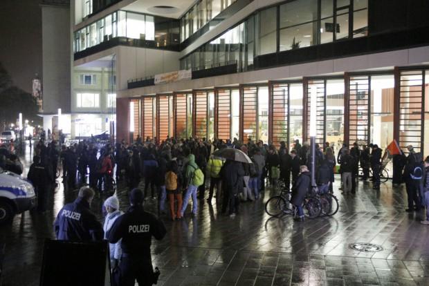 Etwa 150 Legida-Gegner versammelten sich vor der Moritzbastei. Foto: Alexander Böhm