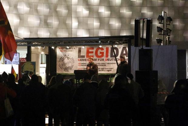 Das gewohnte Ende mit der Nationalhymne bei Legida. Foto: L-IZ.de