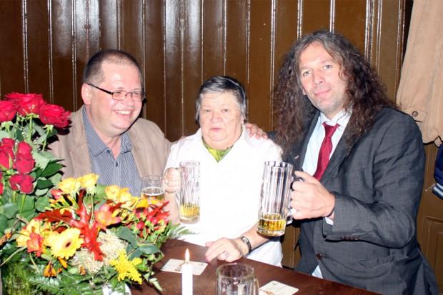 Die alte Belegschaft zu Gast: Hannelore Krause (m.) mit Thomas Kuno Kumbernuß (r.). Foto: Alexander Böhm
