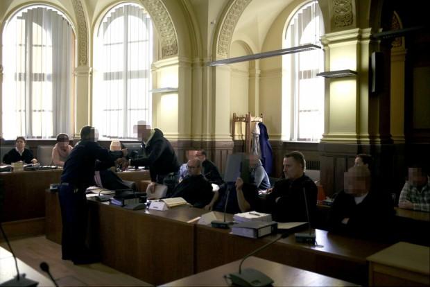 Die Anklagebank, Nico R. wurde in Handschellen aus der Haft vorgeführt. Foto: Alexander Böhm