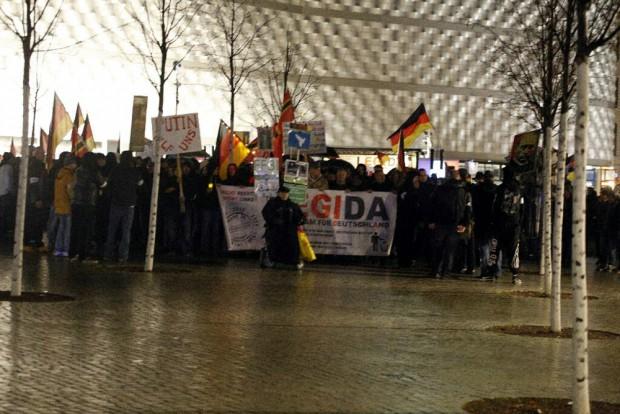 Legida vor dem heutigen Regenmarsch: Ein Häuflein auf dem Wagner-Platz: Foto: L-IZ.de