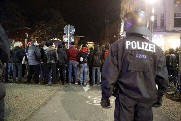Gegendemonstranten von Legida läuft nicht blockieren auch die Fußwege Richtung Wagnerplatz. Foto: L-IZ.de