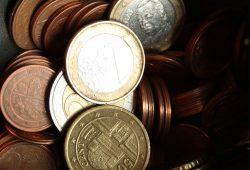 Geld in einem dunklen Behältnis. Foto: Ralf Julke