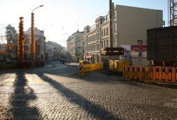 Blick aus der Berggartenstraße (Kopfsteinpflaster) in die Gohliser Straße. Foto: Ralf Julke