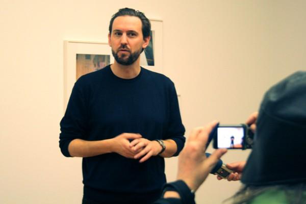 Owen Gump beim Presserundgang durch die Ausstellung. Foto: Ralf Julke