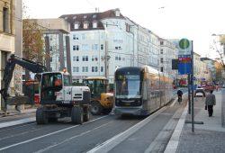 An der Münzgasse müssen sich Kraftfahrer hinter der Straßenbahn einreihen - Radfahrer haben daneben ihren separaten Radstreifen. Foto: Ralf Julke