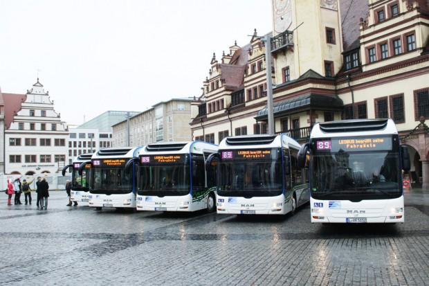 Showtime am 30. Dezember 2011 auf dem Leipziger Markt: Die LVB zeigen ihre neuen Hybridbusse. Foto: Ralf Julke