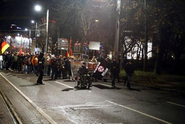Kurz vor 20 Uhr: Legida macht sich auf den Marsch am 23. November. Foto: L-IZ.de
