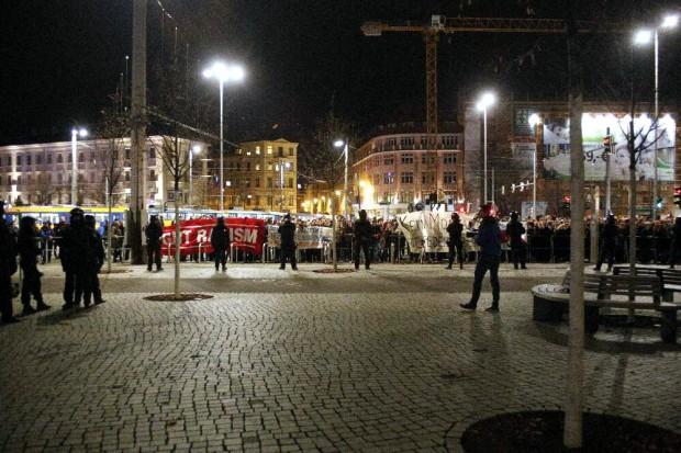 Legida ist umringt von Gegendemonstranten. Foto: L-IZ.de