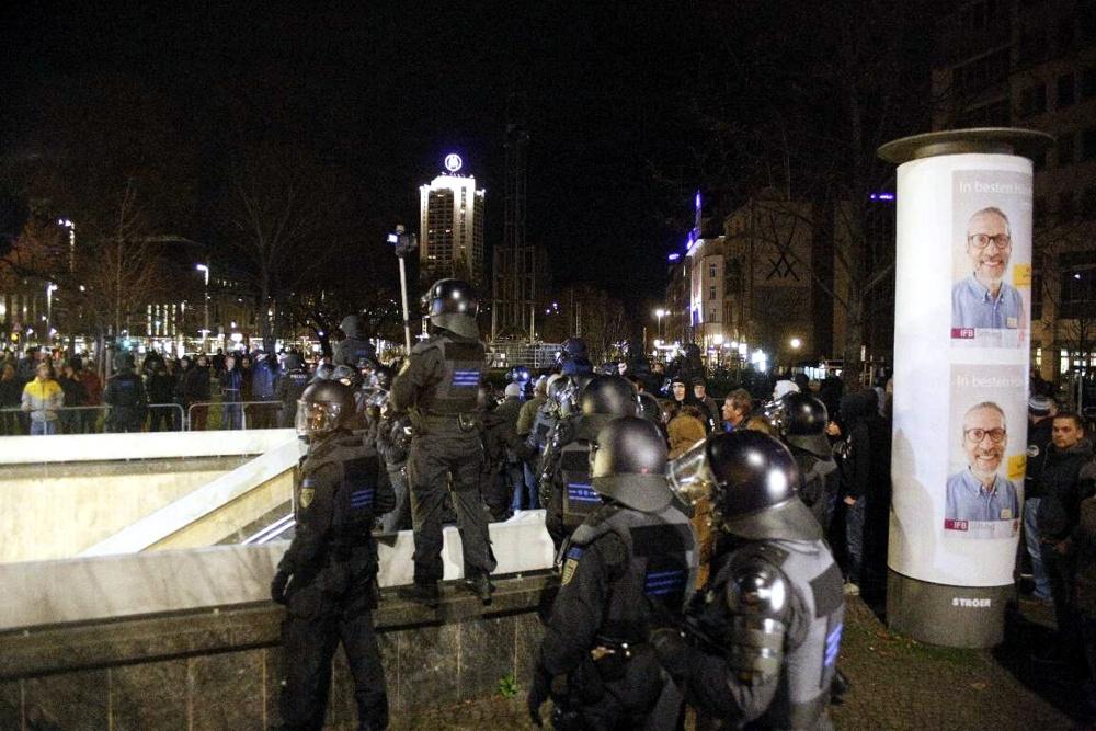 Legida-Teilnehmer warten am Durchgang, dass der Weg frei wird. Foto: L-IZ.de