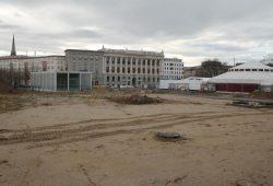 Derzeit mit Spiegelzelt (rechts): der Wilhelm-Leuschner-Platz. Foto: Ralf Julke