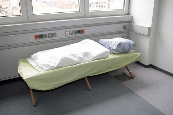 Auf Feldbetten wie diesem wurden Flüchtlinge in einer Leipziger Notunterkunft untergebracht. Foto: Martin Schöler