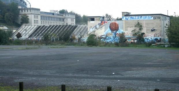 Die extra gesicherte Nordtribüne des ehemaligen Schwimmstadions. Foto: Ralf Julke