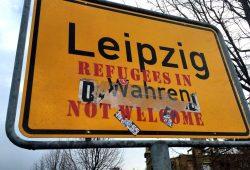 Ortsschild in Leipzig-Wahren mit rassistischer Botschaft. Foto: L-IZ.de