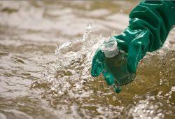 Probenentnahme aus einem Fluss. Foto: UFZ
