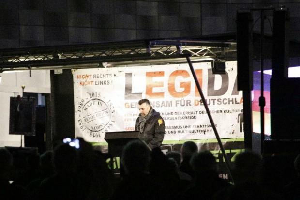 Redner Luigi möchte den Rücktritt von Angela Merkel. Foto: L-IZ.de