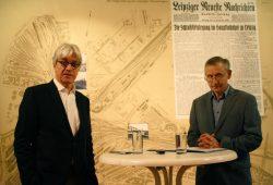 Dr. Volker Rodekamp und Christoph Kaufmann vor der großen Plankarte zum Bahnhofsgelände. Foto: Ralf Julke