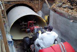 Einzug des neuen GFK-Rohres für den 2. Nördlichen Hauptsammler in den Altkanal. Foto: LVV