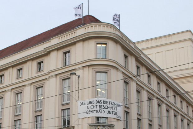 Goethe-Zitat am Schauspielhaus. Foto: Ralf Julke