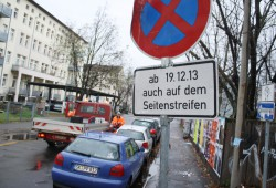 17. November an der Bernhard-Göring-Straße: Die zeitweilige Beschilderung wird wieder abgebaut. Foto: Ralf Julke