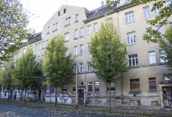 Die Straßenfront der Häuser Eisenbahnstraße 176-182. Foto: SchönerHausen
