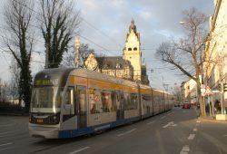 Straßenbahn kurz vor Linkelstraße und Rathaus Wahren. Foto: Ralf Julke