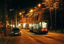 Straßenbahn der Linie 1 unterwegs in der Kieler Straße. Foto: Ralf Julke