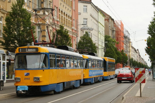 Tatra-Straßenbahn unterwegs in der Eisenbahnstraße. Foto: Ralf Julke