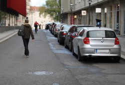 Neu eingerichtete Kurzzeit-Parkplätze verengen die Universitätsstraße zur Einspurigkeit. Foto: Ralf Julke