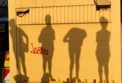 Schattenbild der völlig unzeitgemäßen Zeitgenossen und -genossinnen. Foto: Ralf Julke