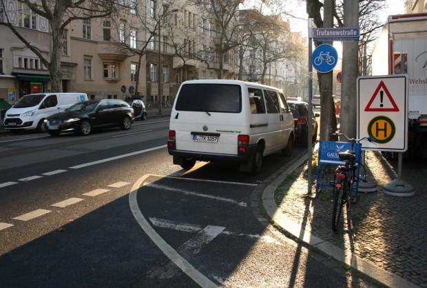 Seit ein paar Tagen warnt schon ein Schild an der Trufanowstraße, dass hier eine neue LVB-Haltestelle entsteht. Foto: Ralf Julke
