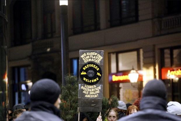 Gegenprotest bei Legida: Wir haben uns eine Platte gemacht - lieber solidarisch als solide arisch. Foto: L-IZ.de