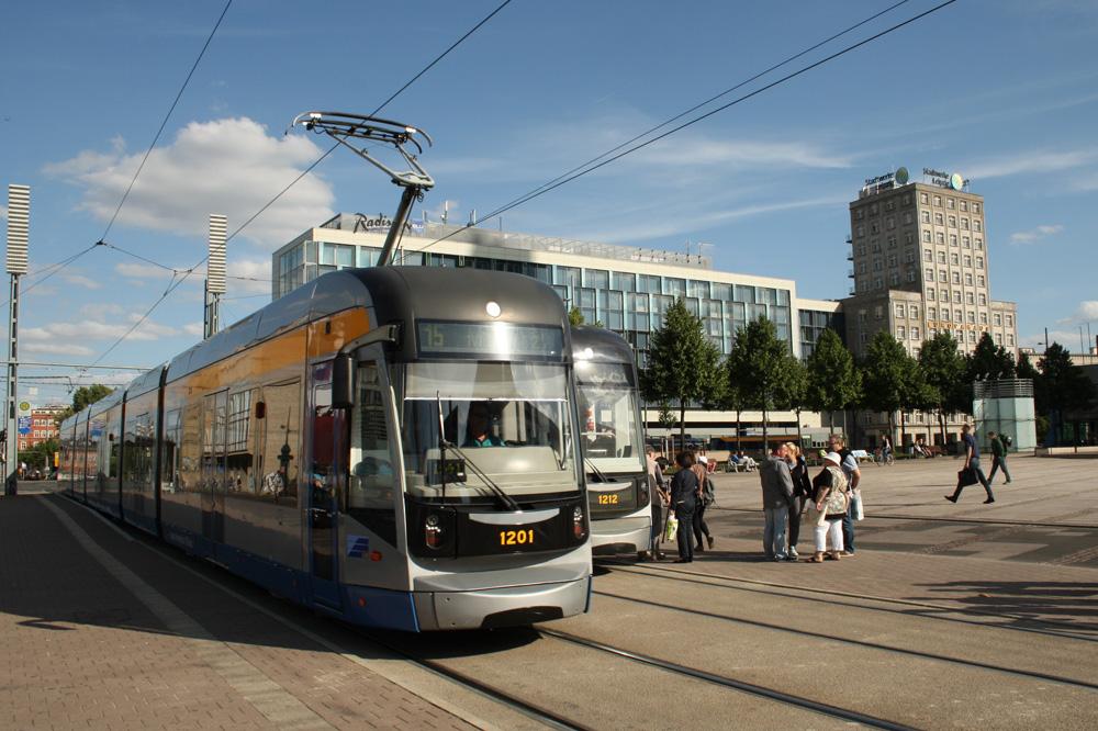 XXL-Straßenbahnen der LVB auf dem Augustusplatz. Foto: Ralf Julke