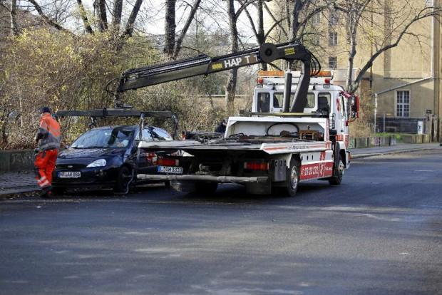 Das Ordnungsamt lässt ein falsch geparktes Auto abschleppen. Foto: L-IZ