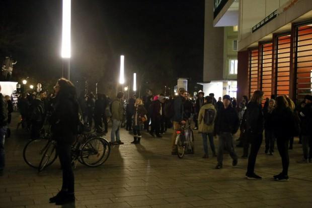 17:40 Uhr: Ca. 100 Personen haben sich an der Moritzbastei versammelt. Foto: L-IZ.de