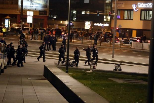 19 Uhr: Der erste Legida-Teilnehmer möchte sich gern mit den Gegendemonstranten duellieren. Foto: L-IZ.de